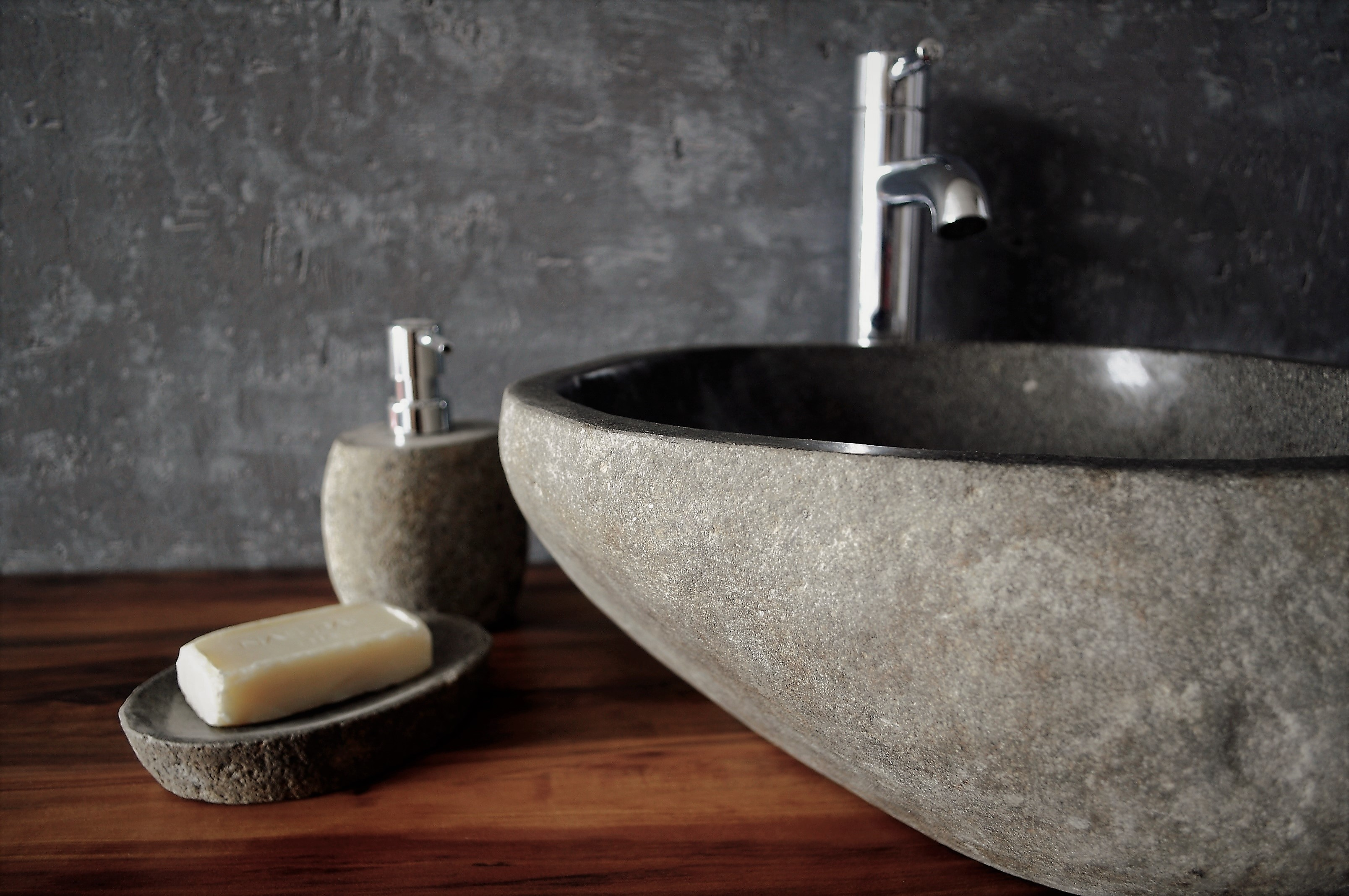 akcesoria łazienkowe i umywalka z kamienia industone
