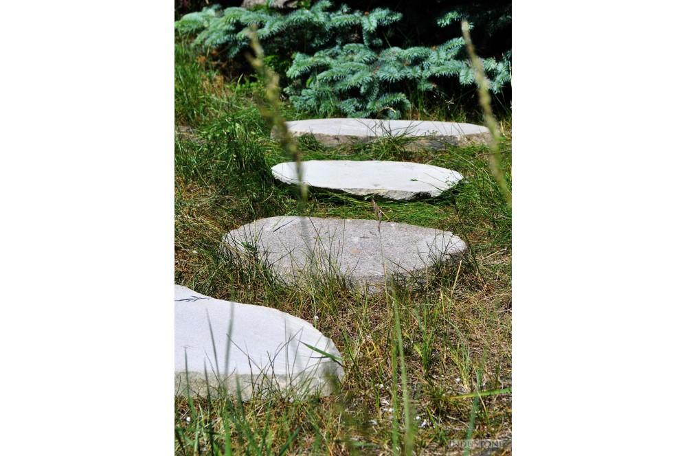 chodnik i ścieżka w ogrodzie z kamienia ogrodowego industone ciętego w plastry